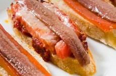 Ansjovis en tomaat op stokbrood