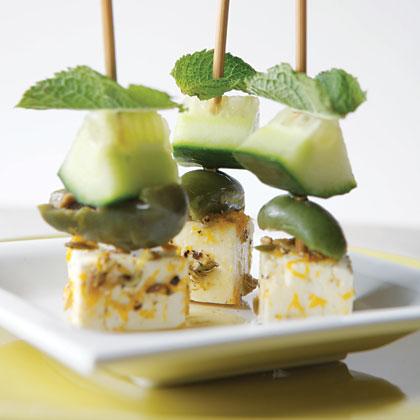 Spiesjes met feta, olijven en komkommer